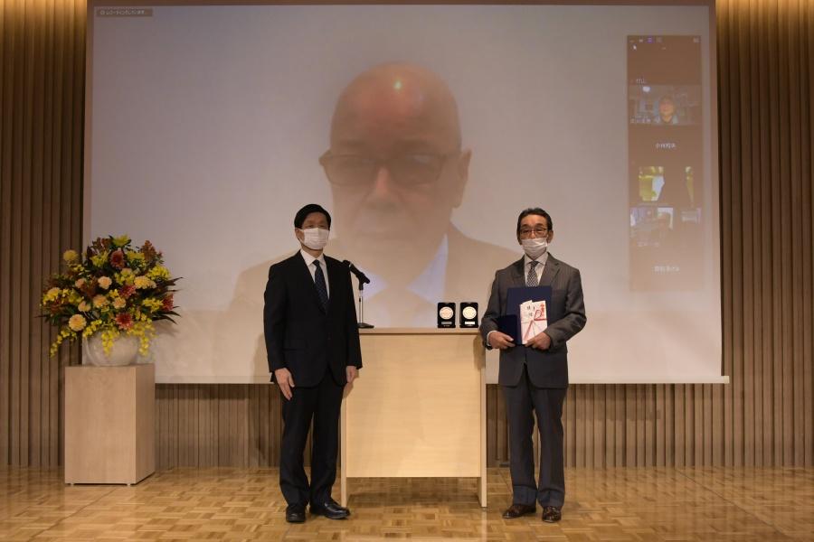 江田 邦夫先生(中央)と山元理事長(左)、推薦者の齋藤 裕先生(右)