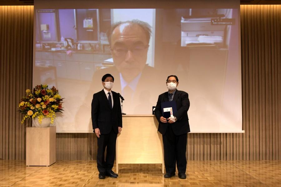 吉井 一郎夫先生(中央)と山元理事長(左)、代理の田中 一正先生(右)