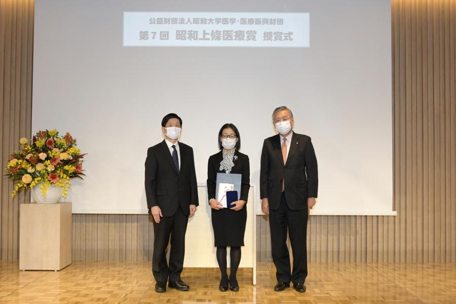倉田 なおみ先生(中央)と山元理事長(左)、推薦者 山本 信夫先生(右)